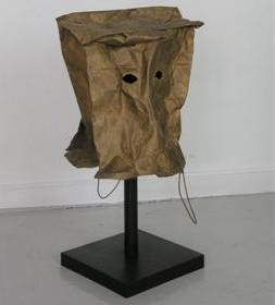 """""""Máscara europea II"""" 76 x 40 x 47 cm. Base de hierro pavonado y escultura en bronce. Pieza única. 2015"""