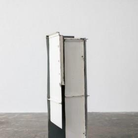 """""""De un portón nos haremos una casa # 3"""". 173 x 50 x 45 cm. Madera y acero, con pintura./ Wood and steel, with paint. Pieza única. 2017"""
