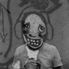 autorretrato dibujado a un muro