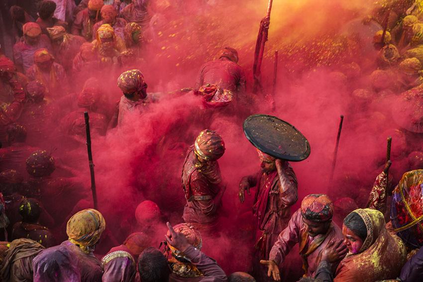 """Cristina García Rodero """"Rojo el color del amor. India"""", 80 x 120 cm, 2018."""
